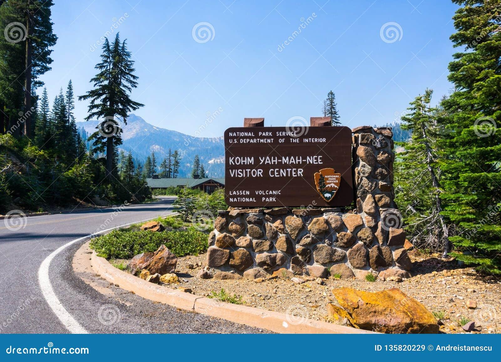 Gepost teken voor de Bezoekercentrum van Kohm Yah -yah-mah-nee in het Vulkanische Nationale Park van Lassen, Noordelijk Californi