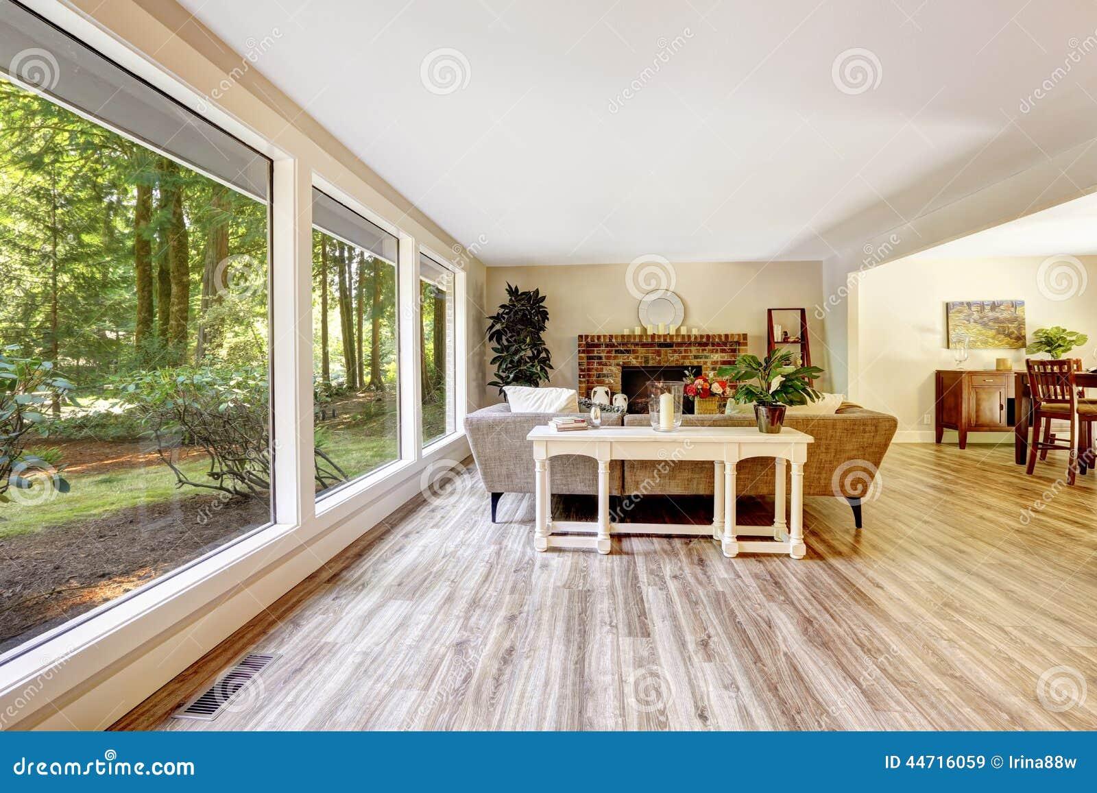 Geräumiges Helles Wohnzimmer Mit Glaswand