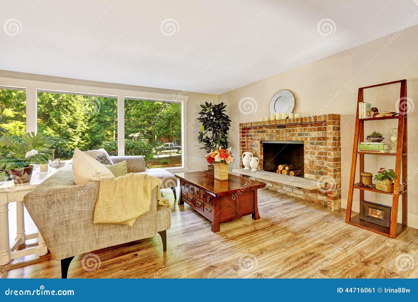 Geräumiges Helles Wohnzimmer Mit Glaswand Und Ziegelsteinkamin