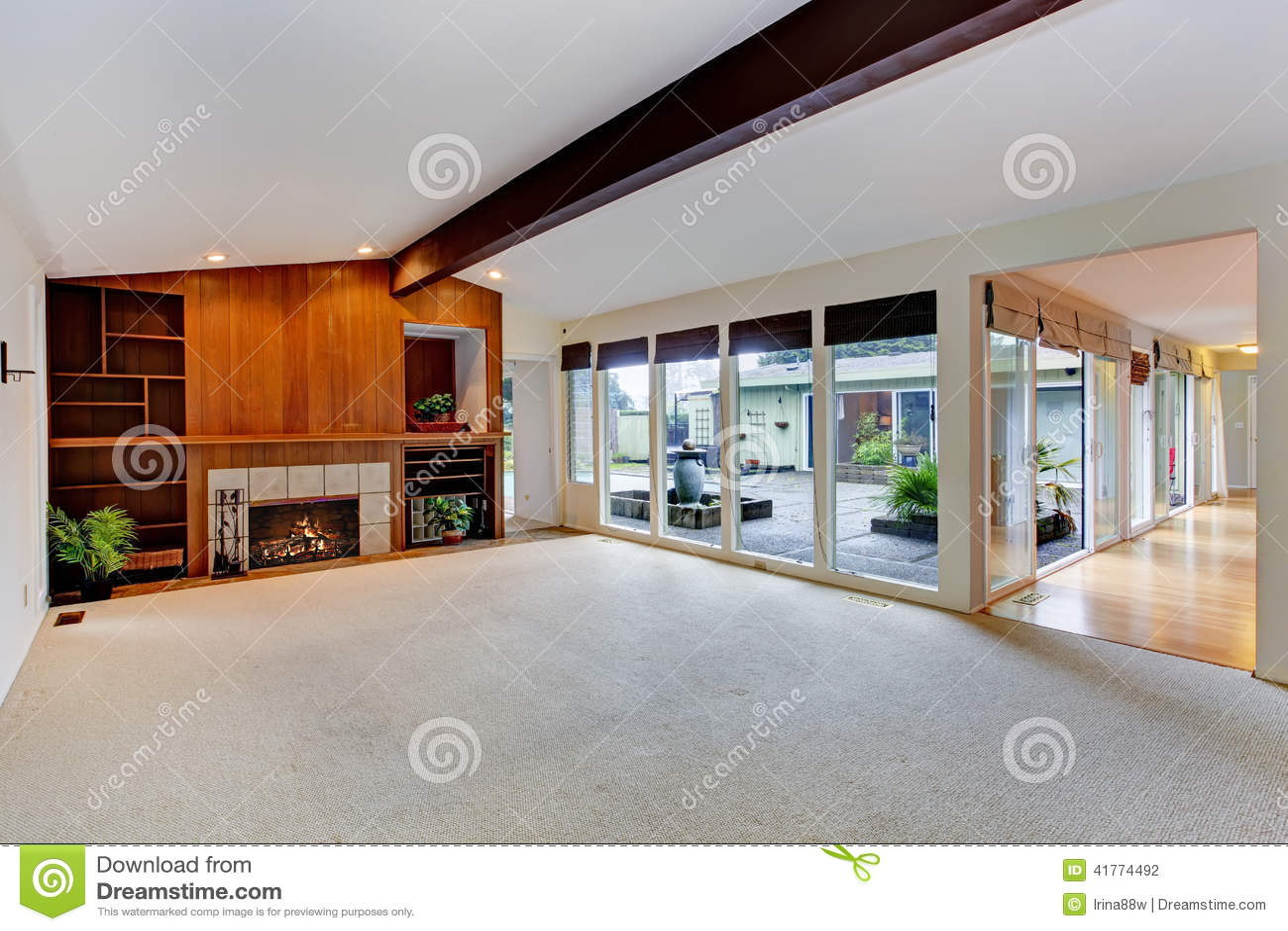 Charmant Geräumiges Leeres Wohnzimmer Mit Kamin Und Glaswand