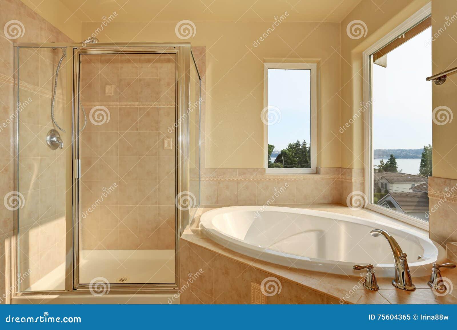 Geräumiges Sahniges Badezimmer Mit Eckbadewanne Stockbild ...