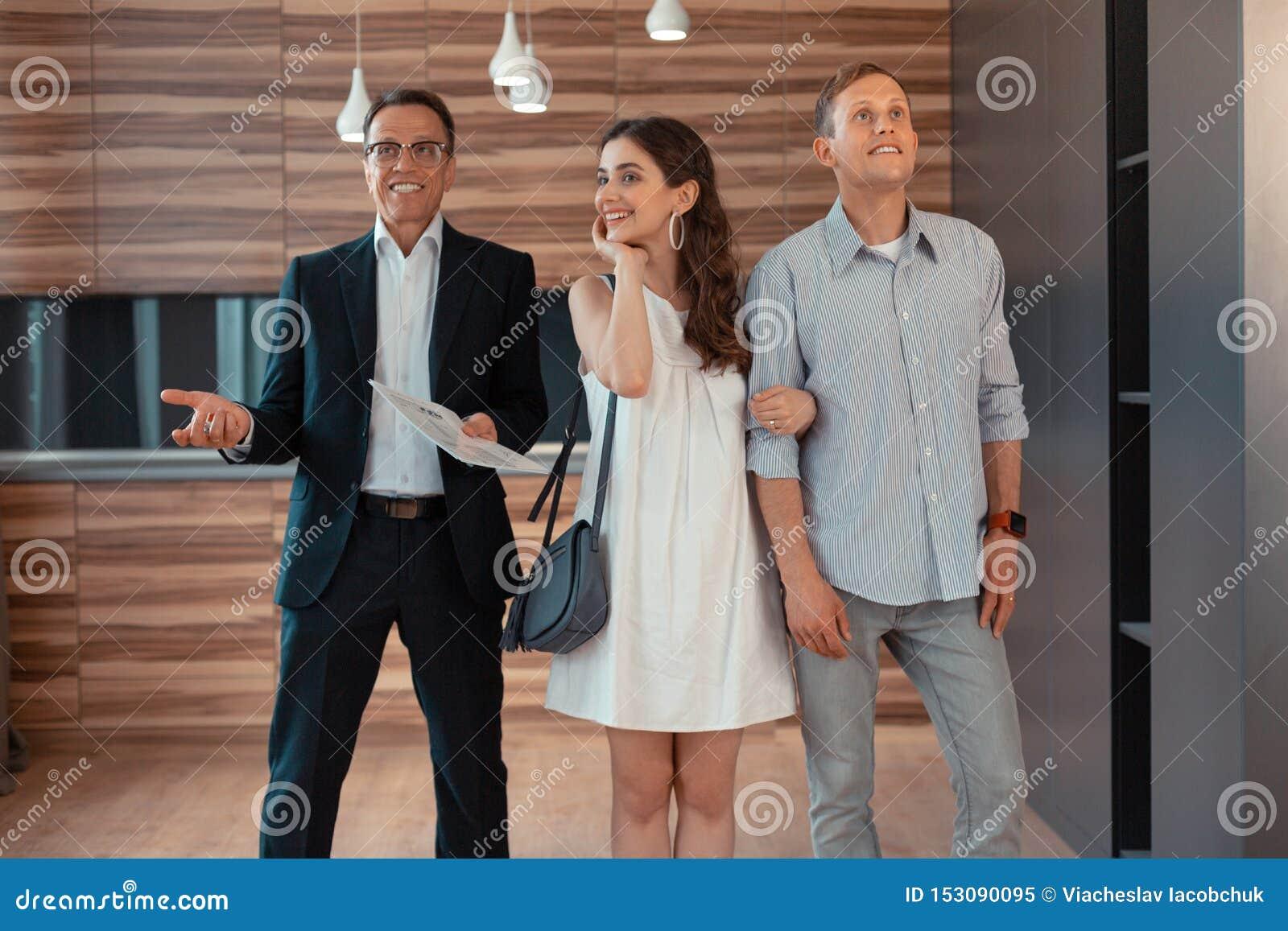 Gerade Kaufen-Hausstellung des verheirateten Paars nahe Immobilienagentur