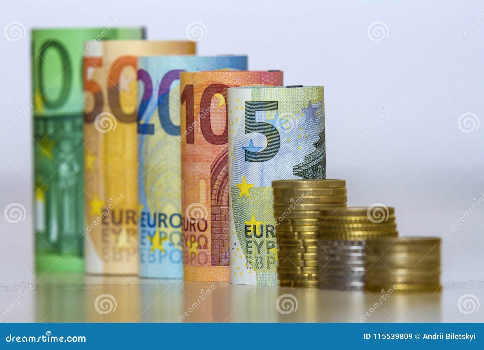 Gerade Reihe von genau gerollten hundert, fünfzig, zwanzig, zehn und fünf neuen Papiereurobanknoten und von Stapel des metallisch
