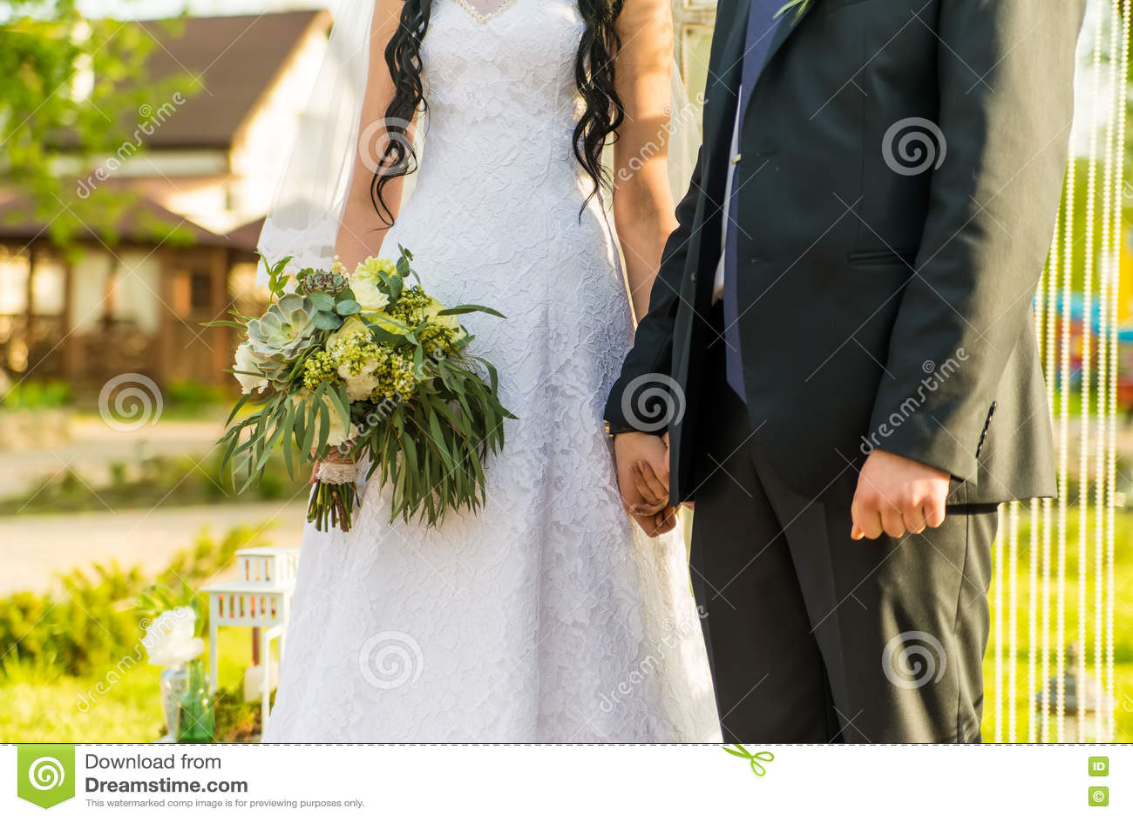 Gerade verheiratetes Paar umfasst