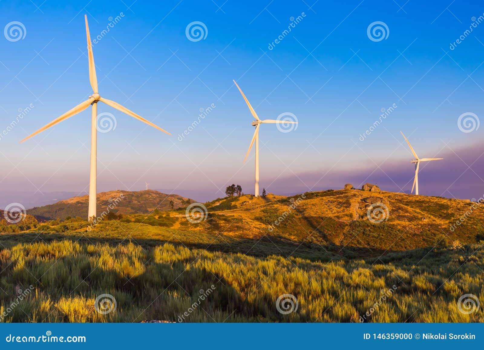 Gerador de poder do moinho de vento e casa de pedra famosa - Guimaraes Portugal