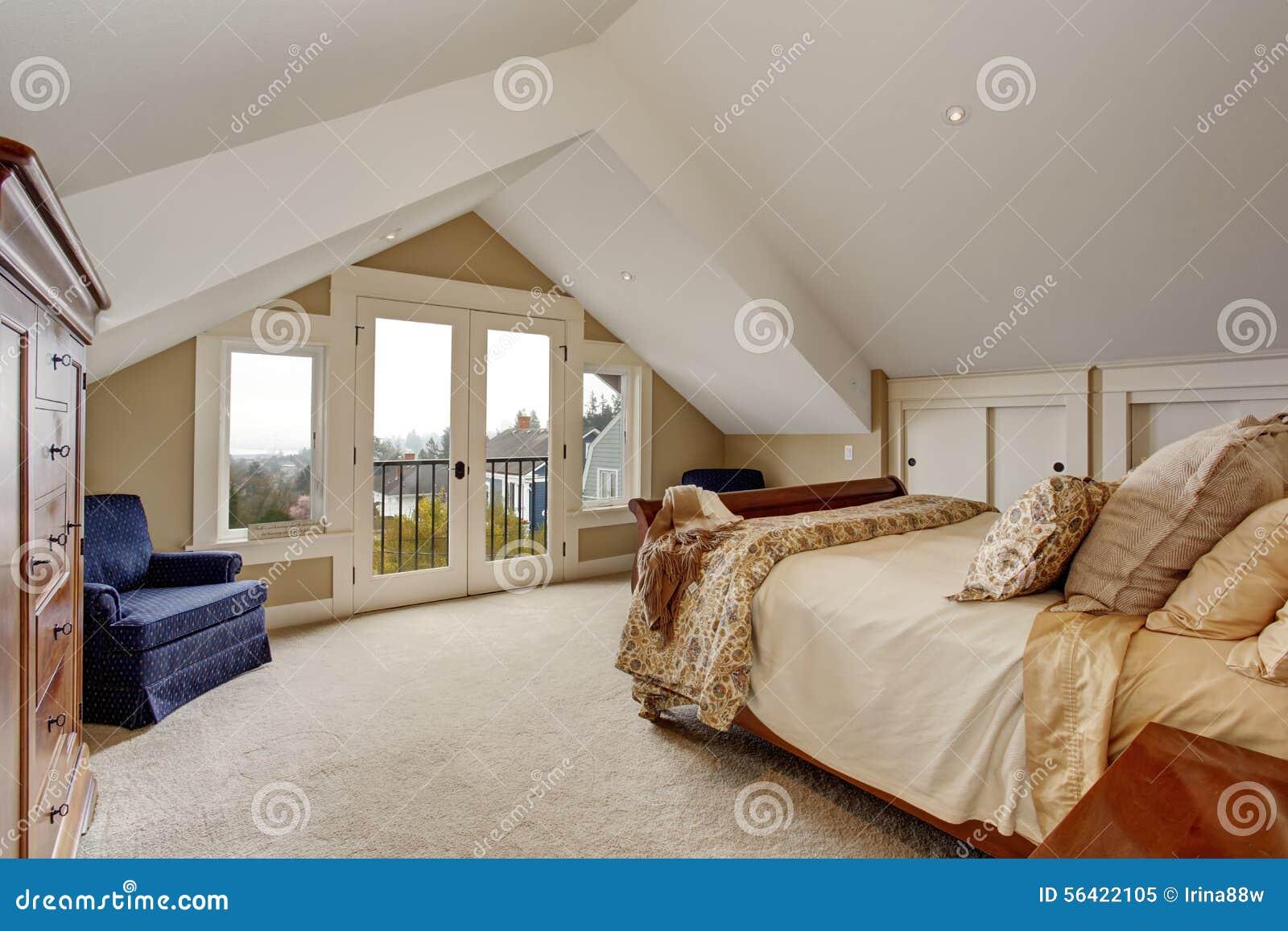 Tapijt Voor Balkon : Geraffineerde hoofdslaapkamer met tapijt en balkon stock