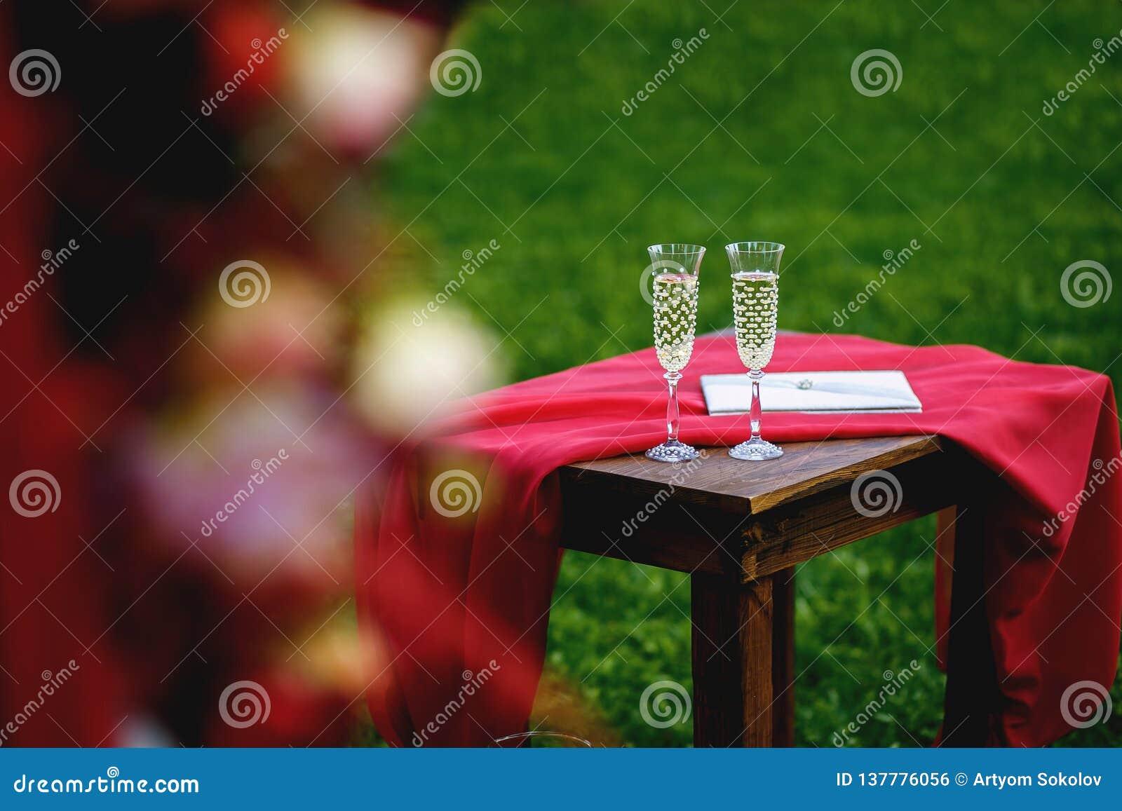 Gerechte Stellung des verheirateten Paars im Naturhändchenhalten und Betrachten der schönen Ansicht von Fluss Genießen an jedem M