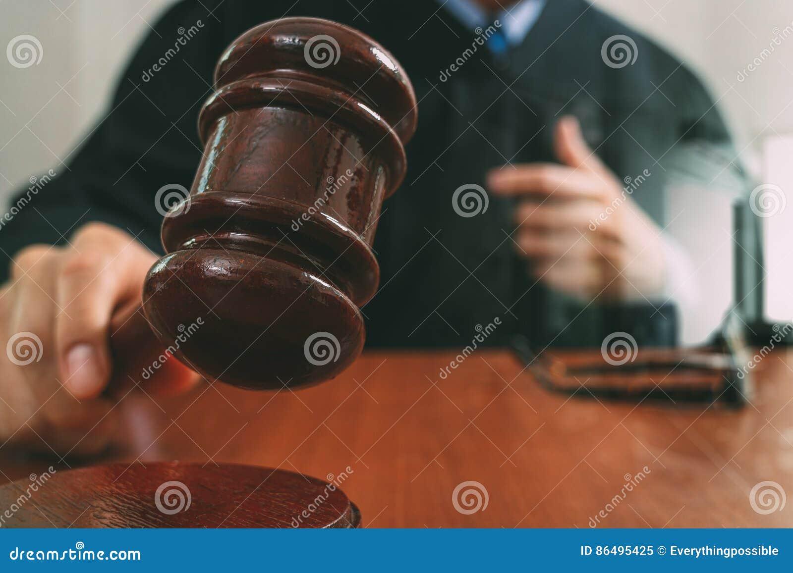 Gerechtigkeit und Gesetzeskonzept Männlicher Richter in einem Gerichtssaal mit dem Hammer