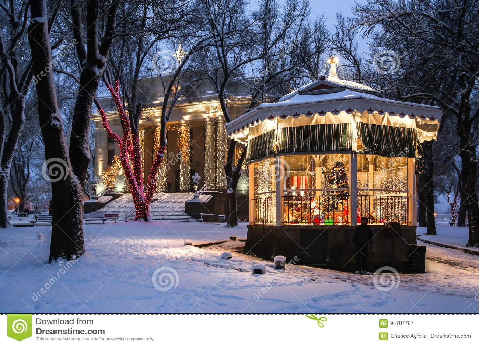 Gerechtsgebouw en gazebo in de sneeuw