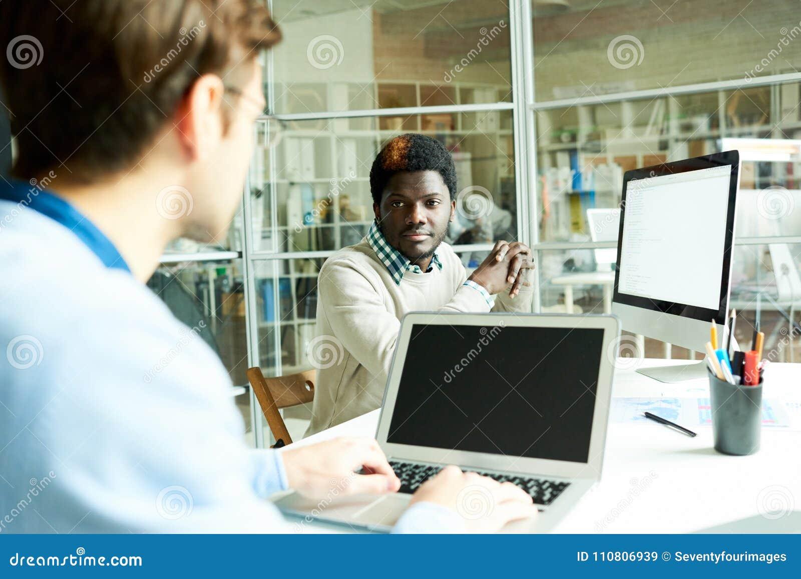 Gerente Chatting com colega