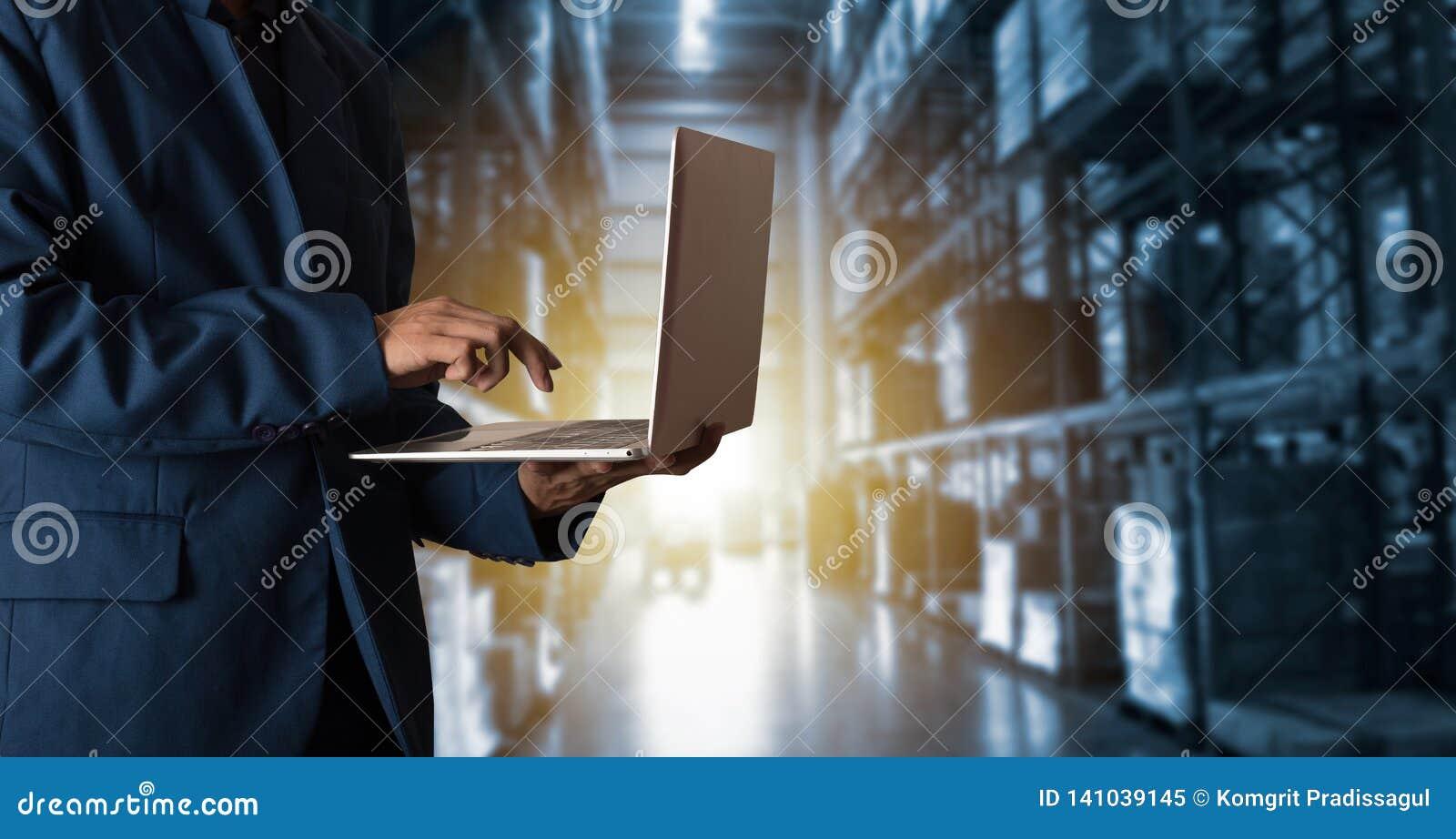 Gerente do homem de negócios que usa bens em linha das ordens da verificação do portátil