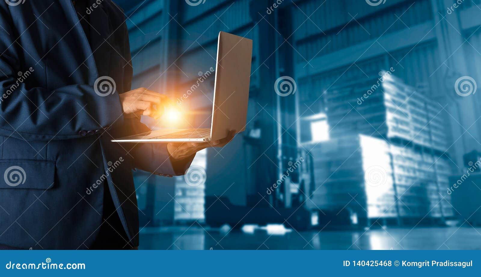 Gerente do homem de negócios que usa ordens da verificação do portátil em linha