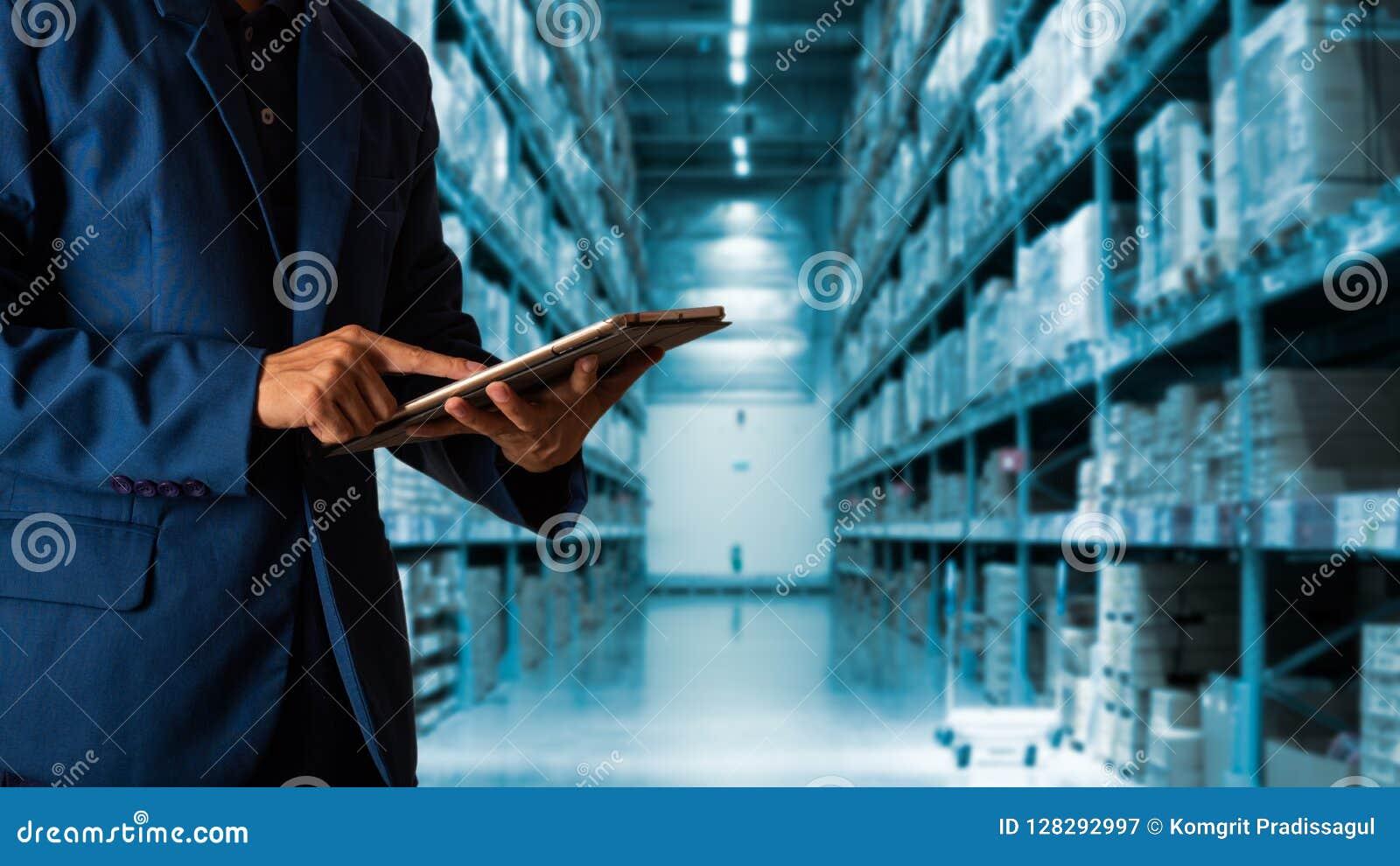 Gerente do homem de negócios que usa a verificação da tabuleta e o controle e planear