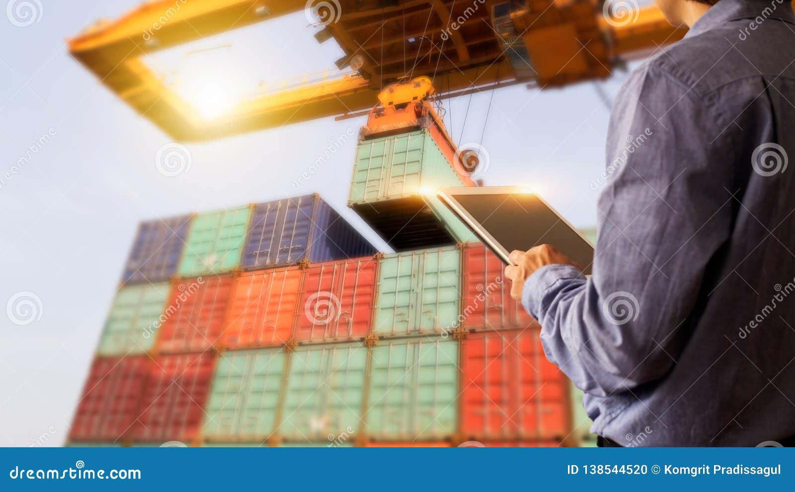 Gerente do homem de negócios que usa a verificação da tabuleta e o controle do recipiente
