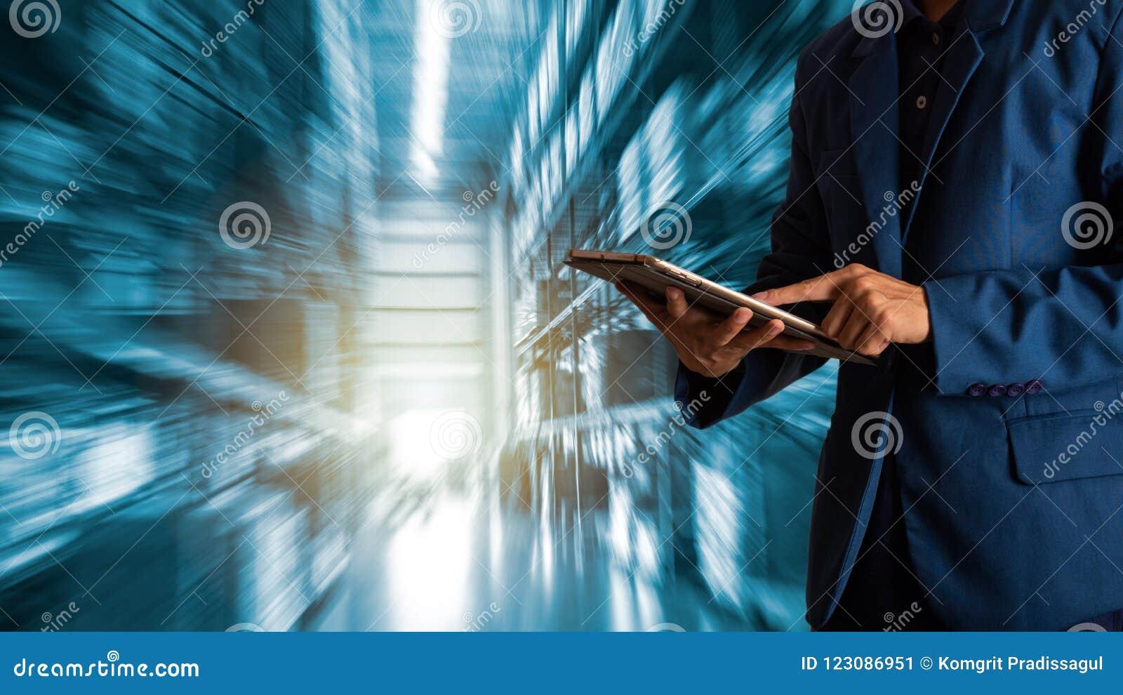 Gerente do homem de negócios que usa a verificação e o controle da tabuleta para trabalhadores com o armazém de comércio moderno