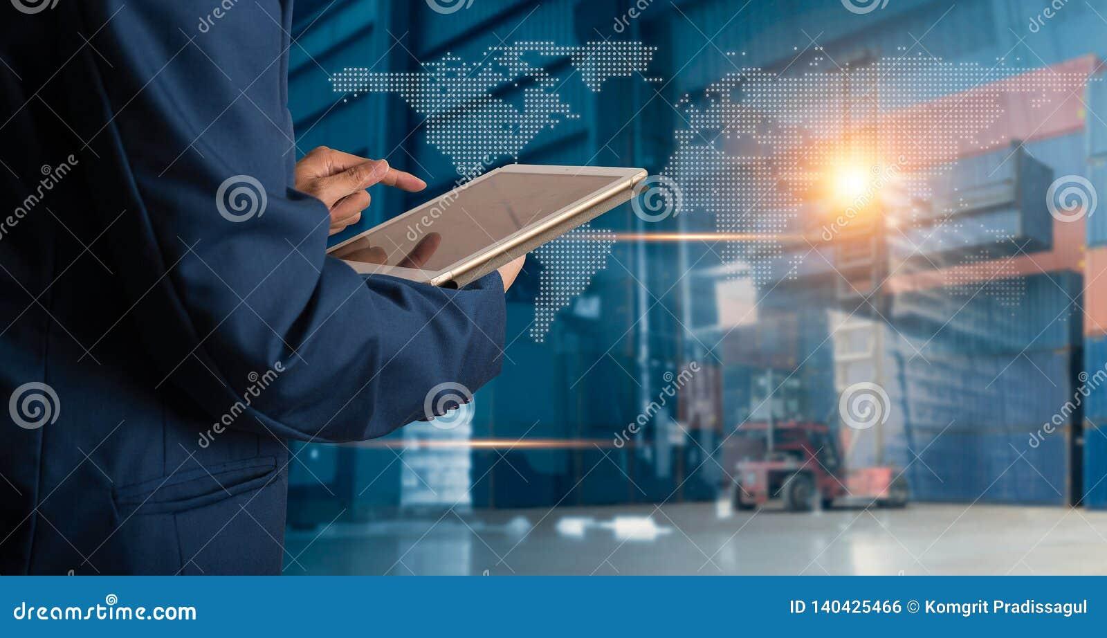 Gerente do homem de negócios que usa a verificação e o controle da tabuleta para trabalhadores
