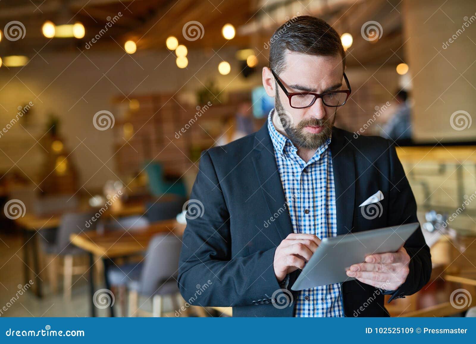 Gerente farpado Using Digital Tablet