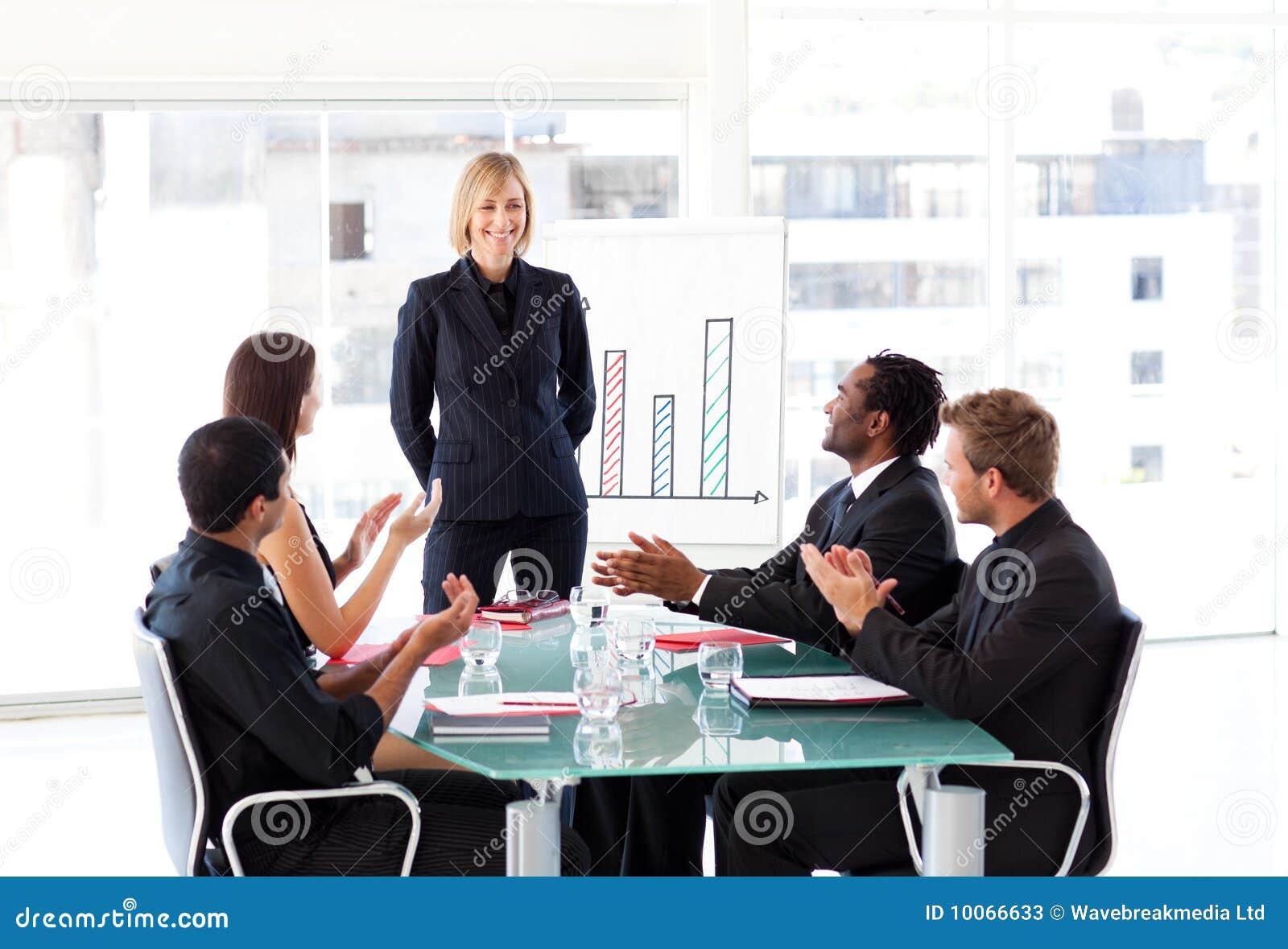 Gerente que tem o sucesso em uma reunião