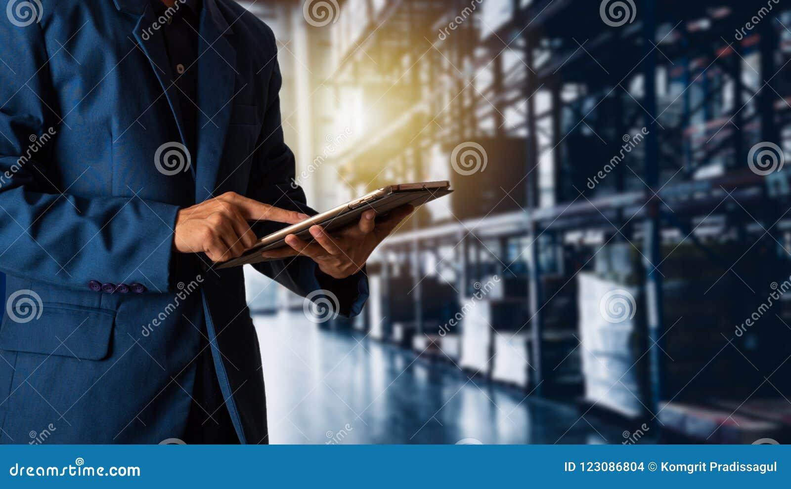 Gerente que usa a verificação e o controle da tabuleta para trabalhadores