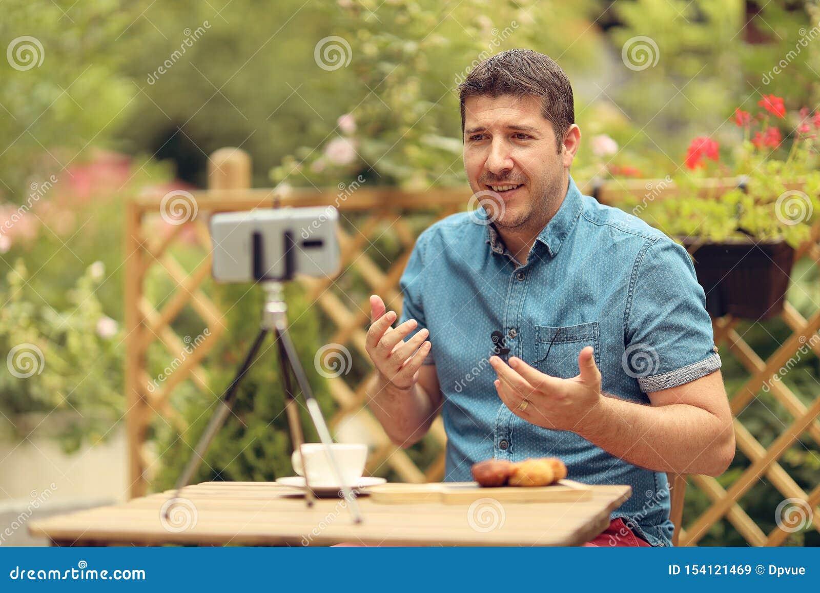 Gerente relaxado que discute estratégias empresariais com sua equipe na chamada video Proprietário empresarial ocasional novo em