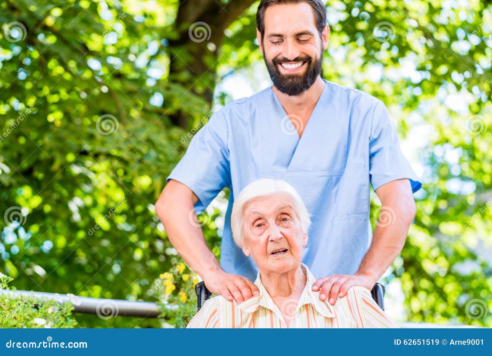 Geriatryczna pielęgniarka daje starszemu kobieta masażowi