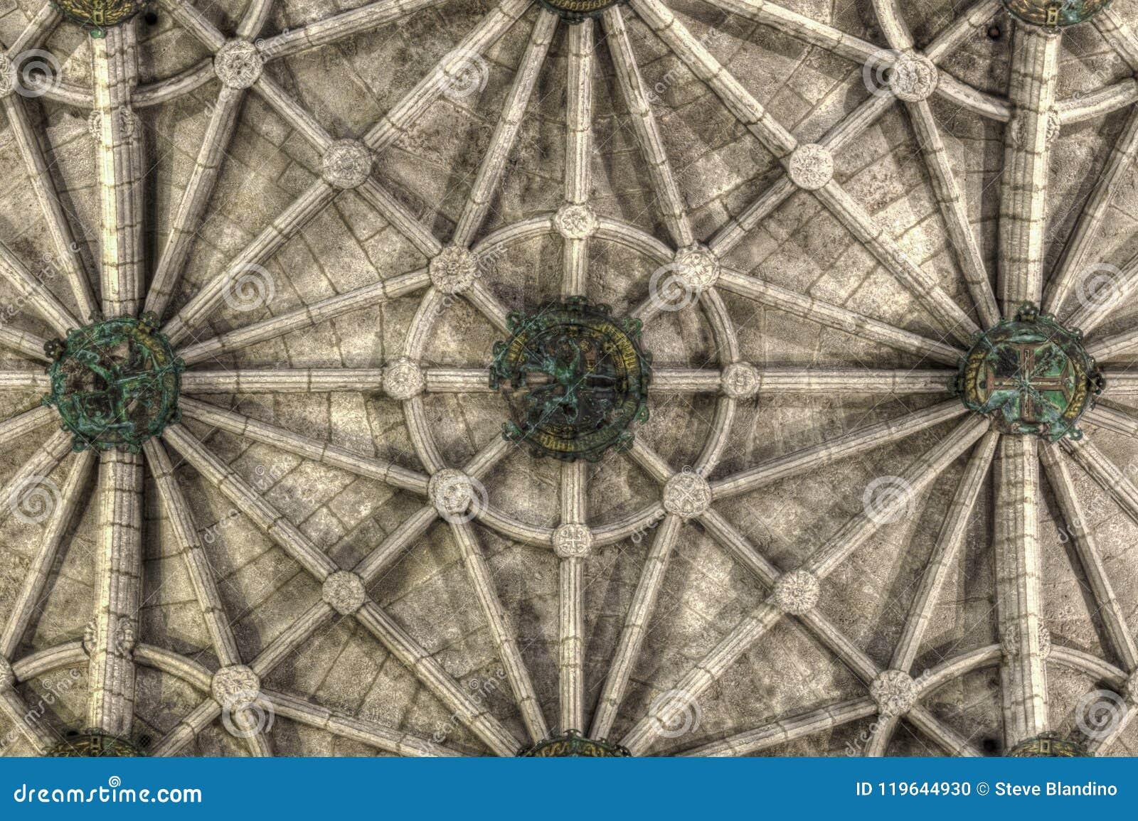 Geribbeld plafond van Jeronimos-Kloosterkerk van Santa Maria in Lissabon