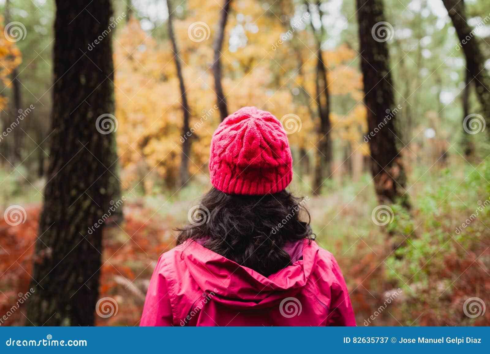 Gerijpte vrouw die in het bos wandelen