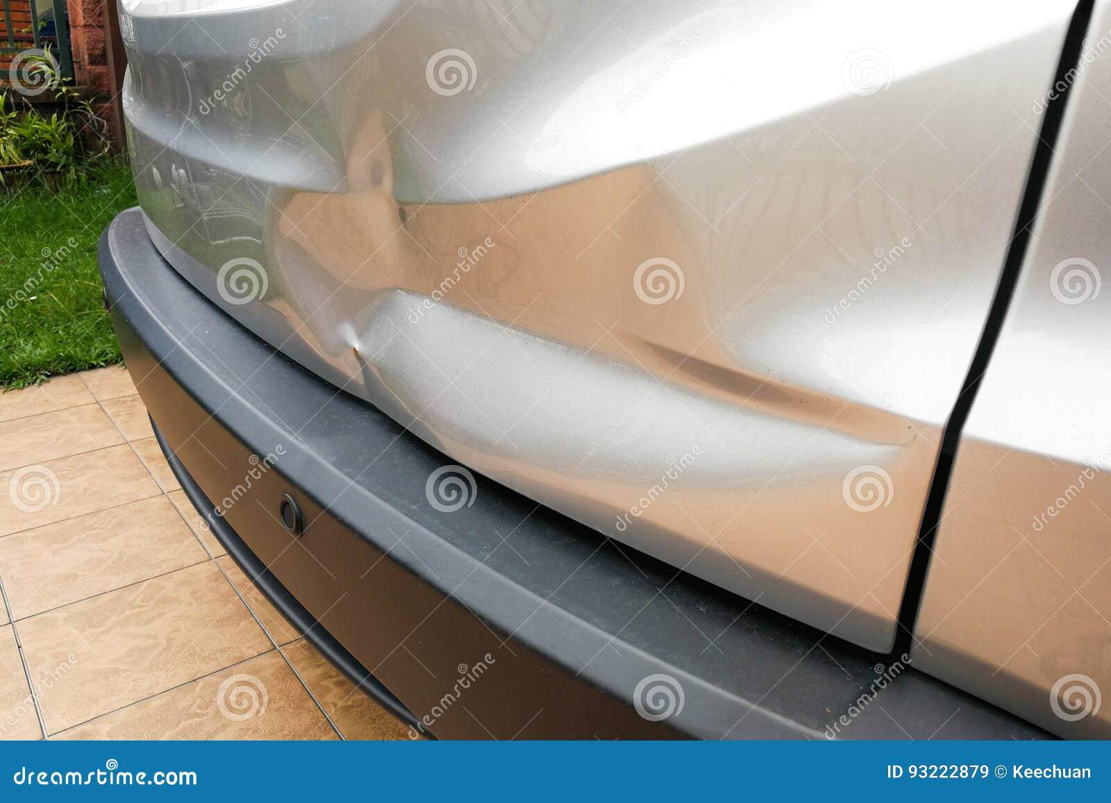 Geringe Einbuchtung an der hinteren Tür des Autos wegen des Unfalles