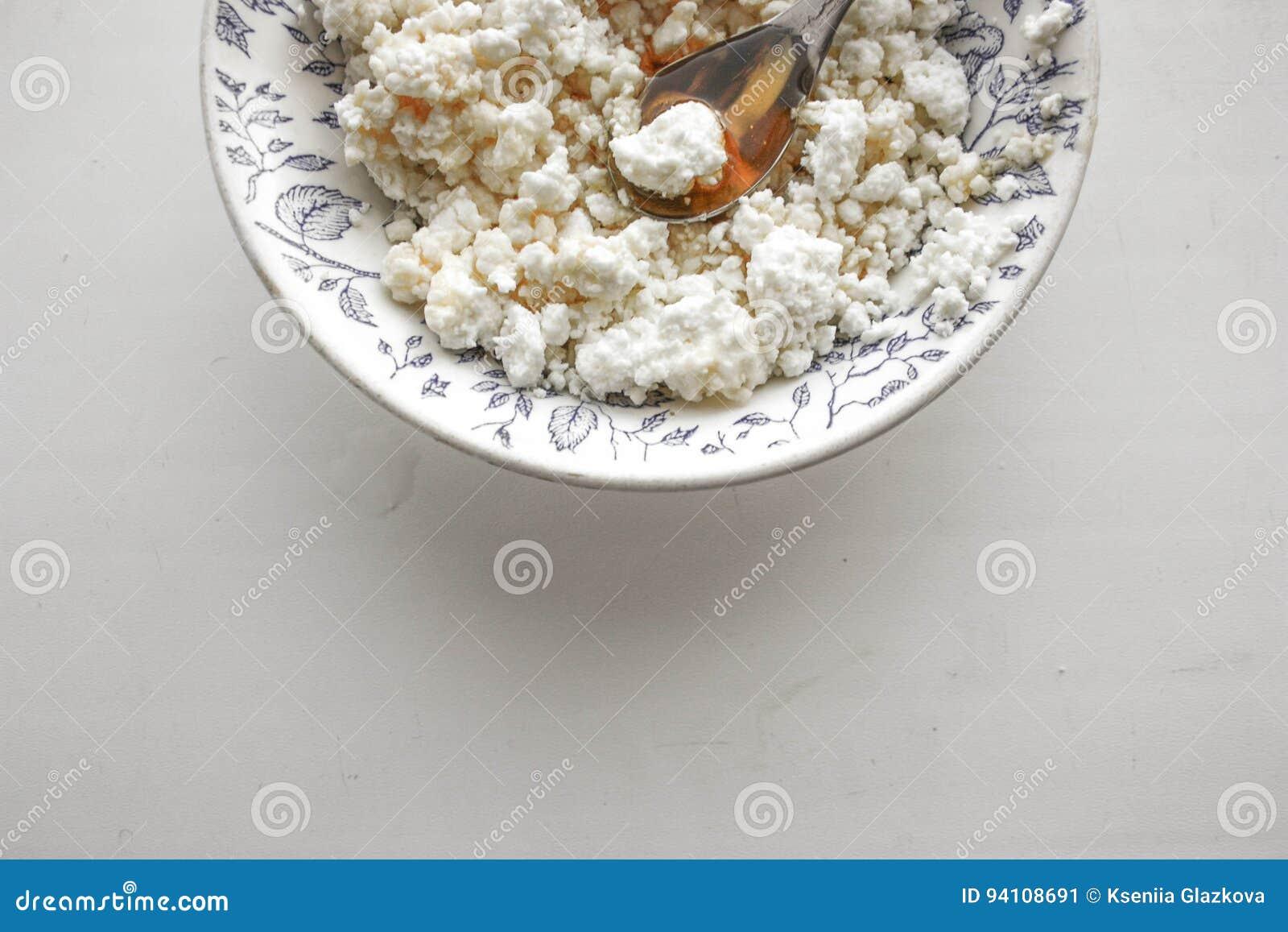 Gerinnen Sie bröckeliges in einer Platte auf einem Weiß