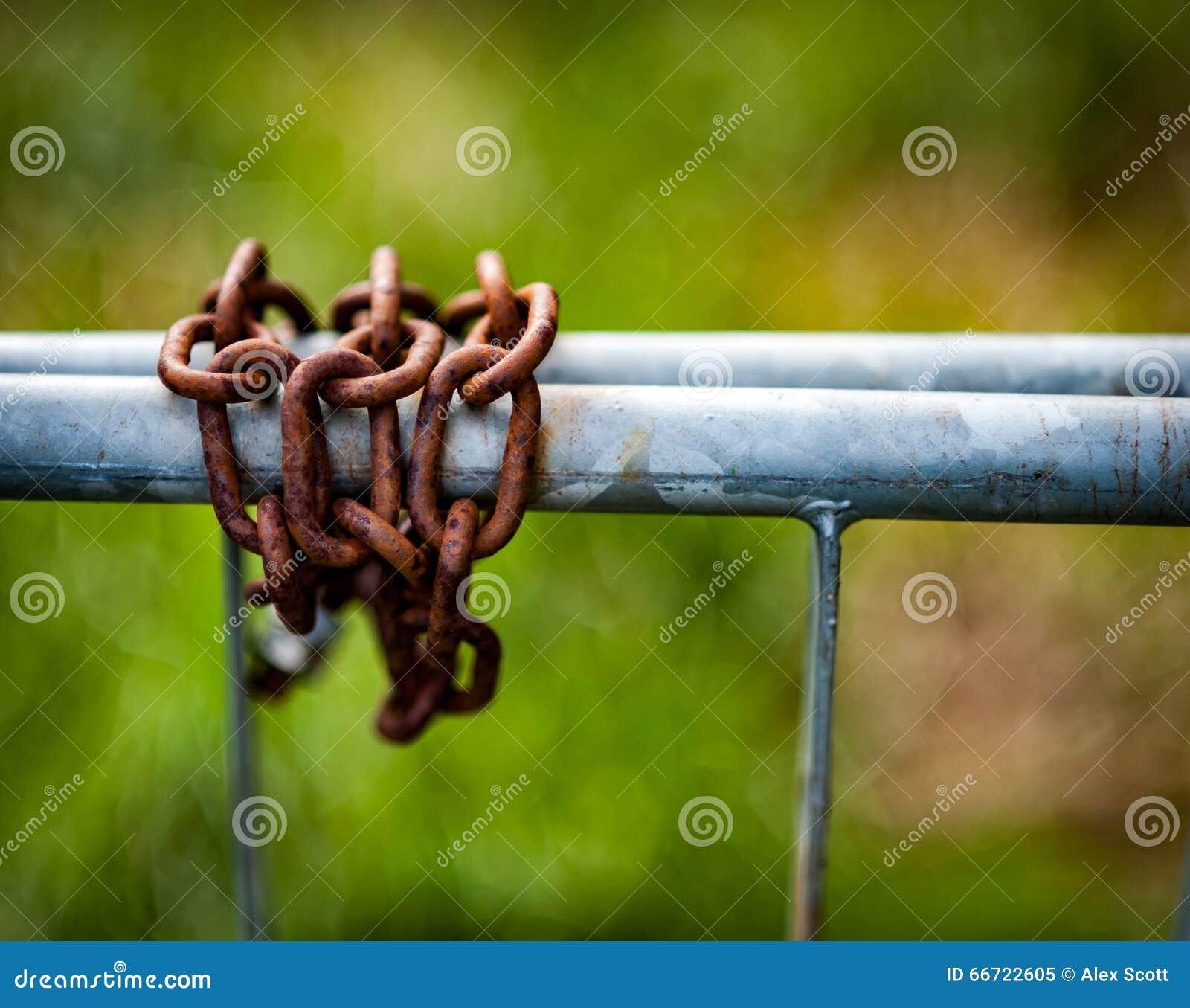 Geroeste kettingen op gegalvaniseerde poort