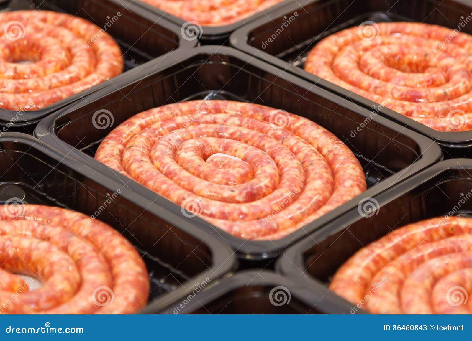 Gerolde ruwe vleesworsten in verpakkingsdoos