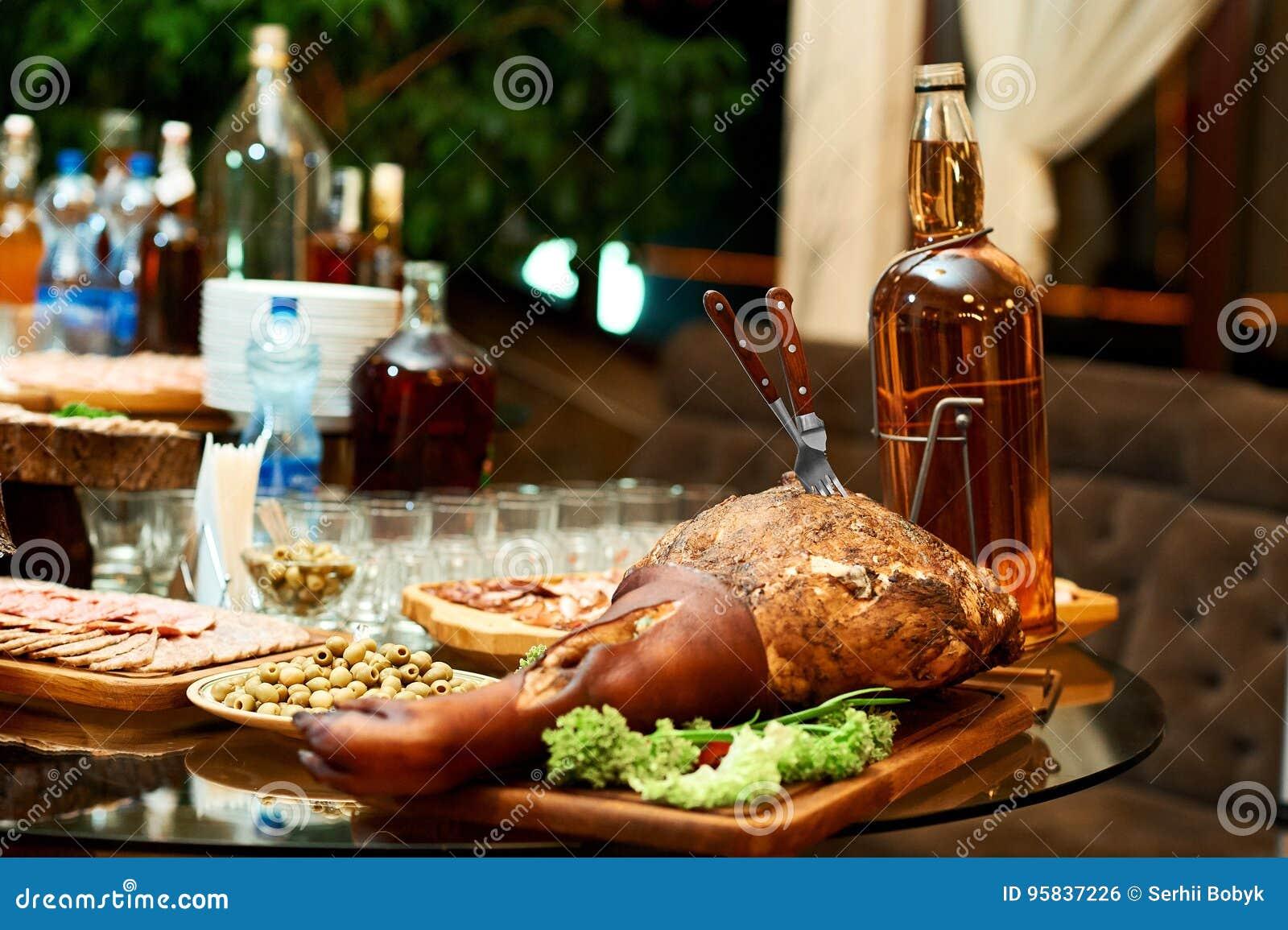 Gerookt varkensvleesbeen op de restaurantlijst