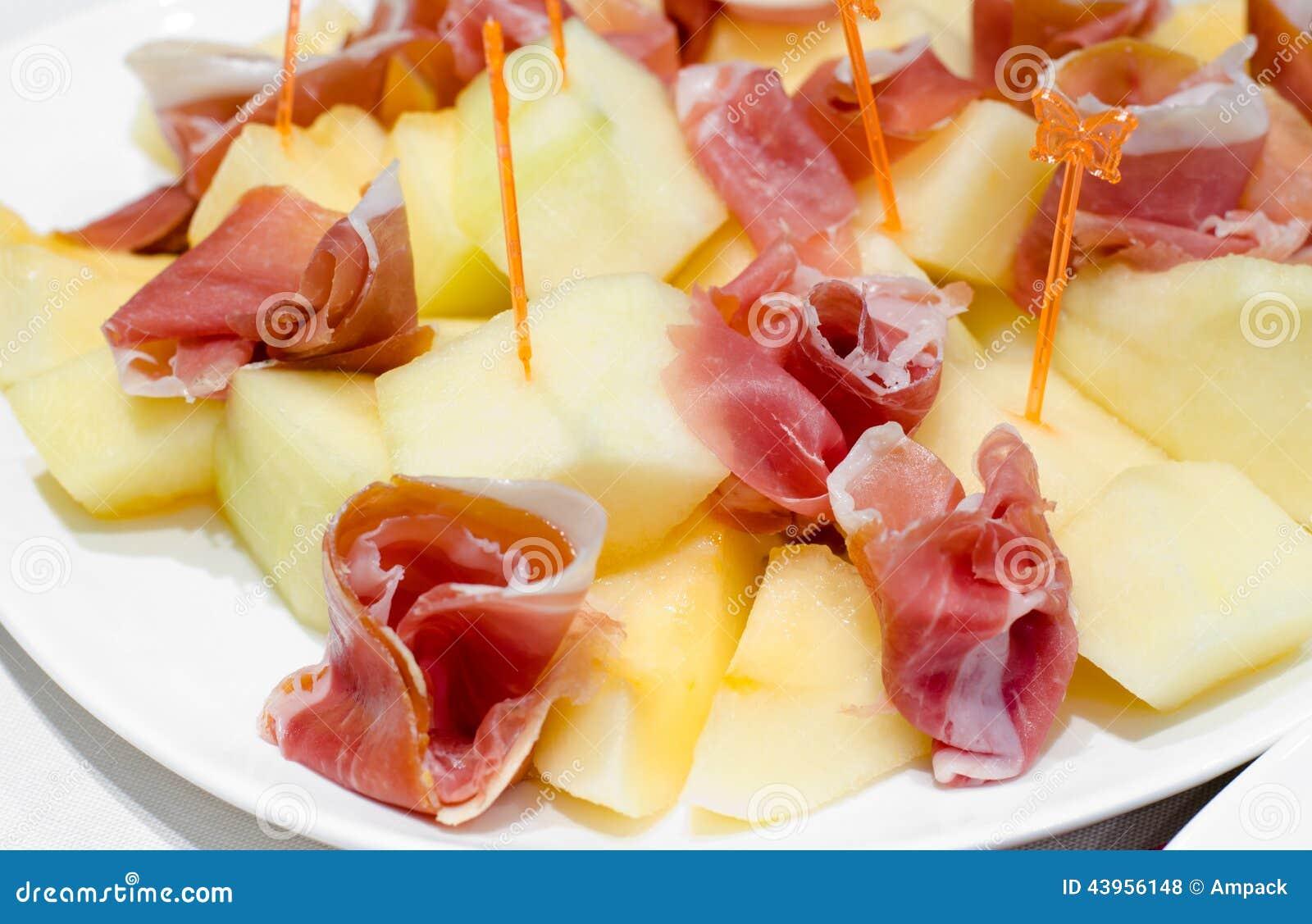 Gerookte ham en kaasvoorgerechten op een buffet