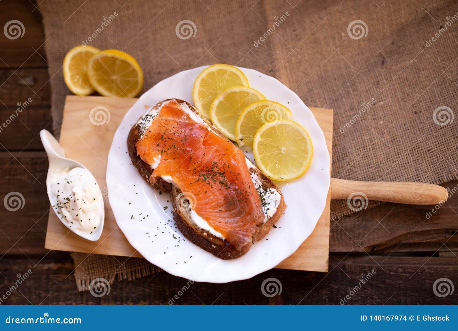 Gerookte zalm met kaas geroosterde van de broodcitroen en yoghurt onderdompeling