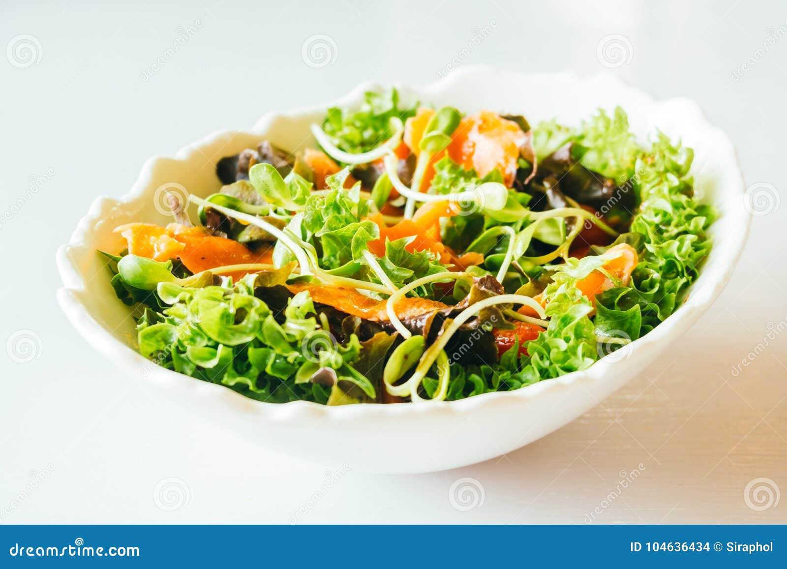 Download Gerookte Zalm Met Plantaardige Salade Stock Foto - Afbeelding bestaande uit achtergrond, dieet: 104636434