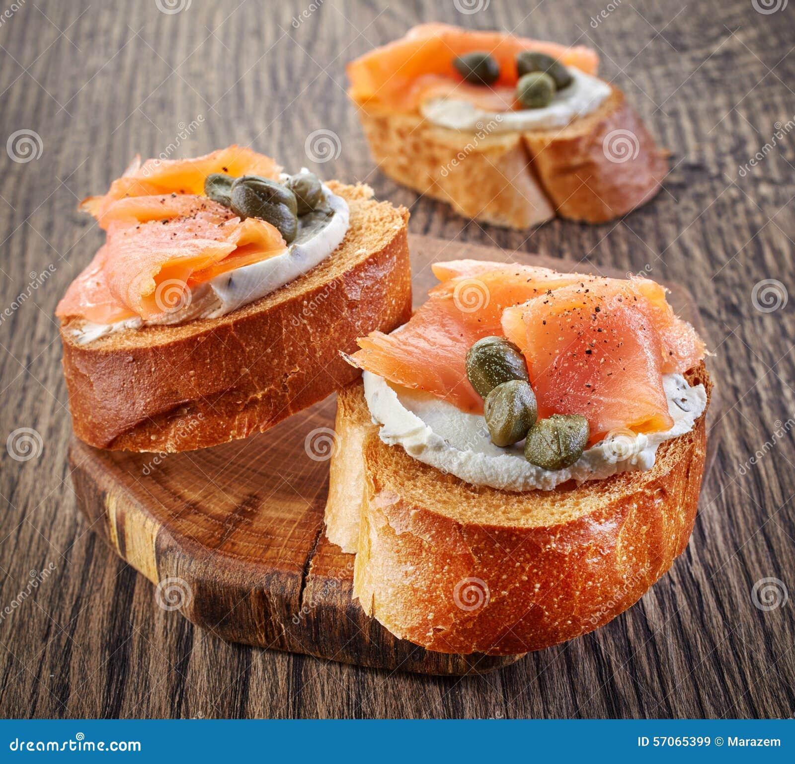 Geroosterd brood met gerookte zalmfilet