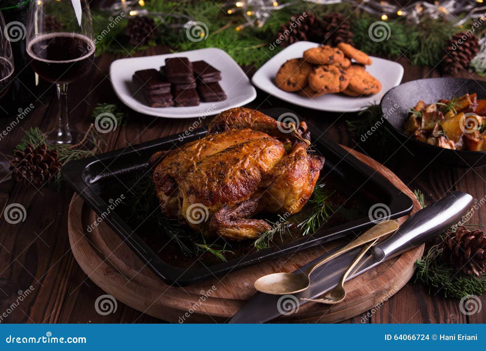 Geroosterd geheel kip/Turkije voor viering en vakantie Kerstmis, dankzegging, de vooravonddiner van het nieuwe jaar