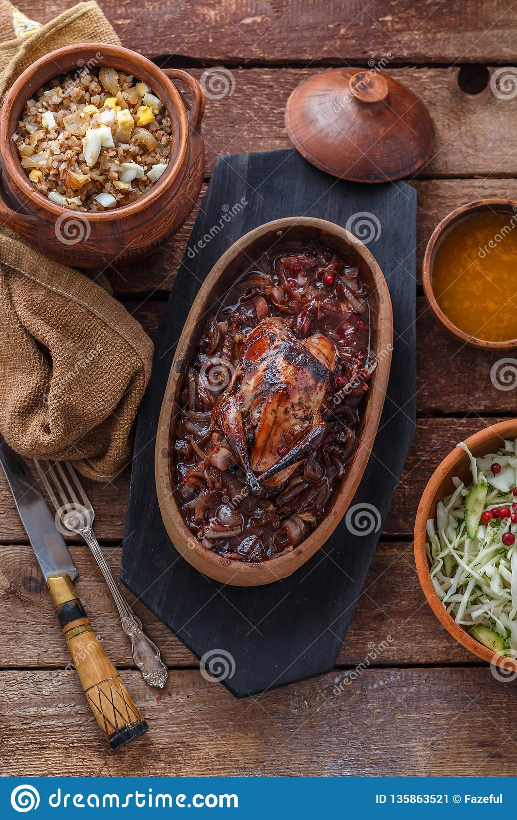 Geroosterd Hazel Grouse-vlees met buckweathavermoutpap en Amerikaanse veenbessaus