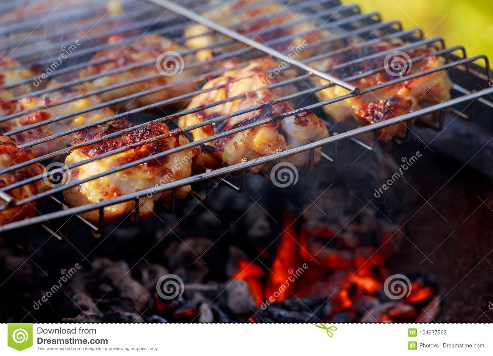 Download Geroosterd Kippenbeen Over Vlammen Op Een Barbecue Stock Foto - Afbeelding bestaande uit trommelstok, hitte: 104637562