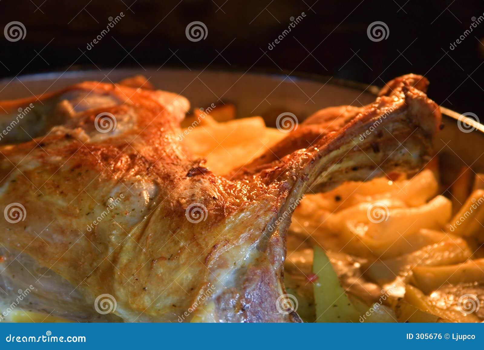 Geroosterd lam met aardappelen in de schil