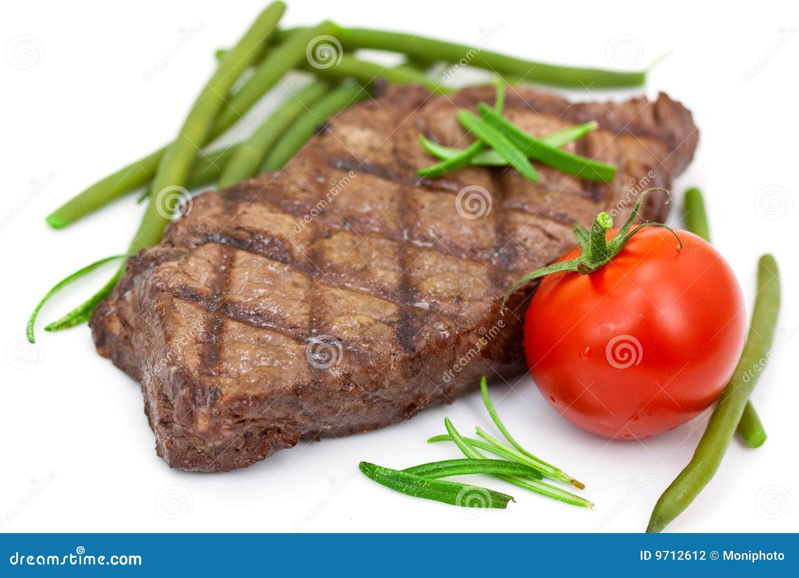 Geroosterd lapje vlees met geïsoleerded tomaat en slabonen,