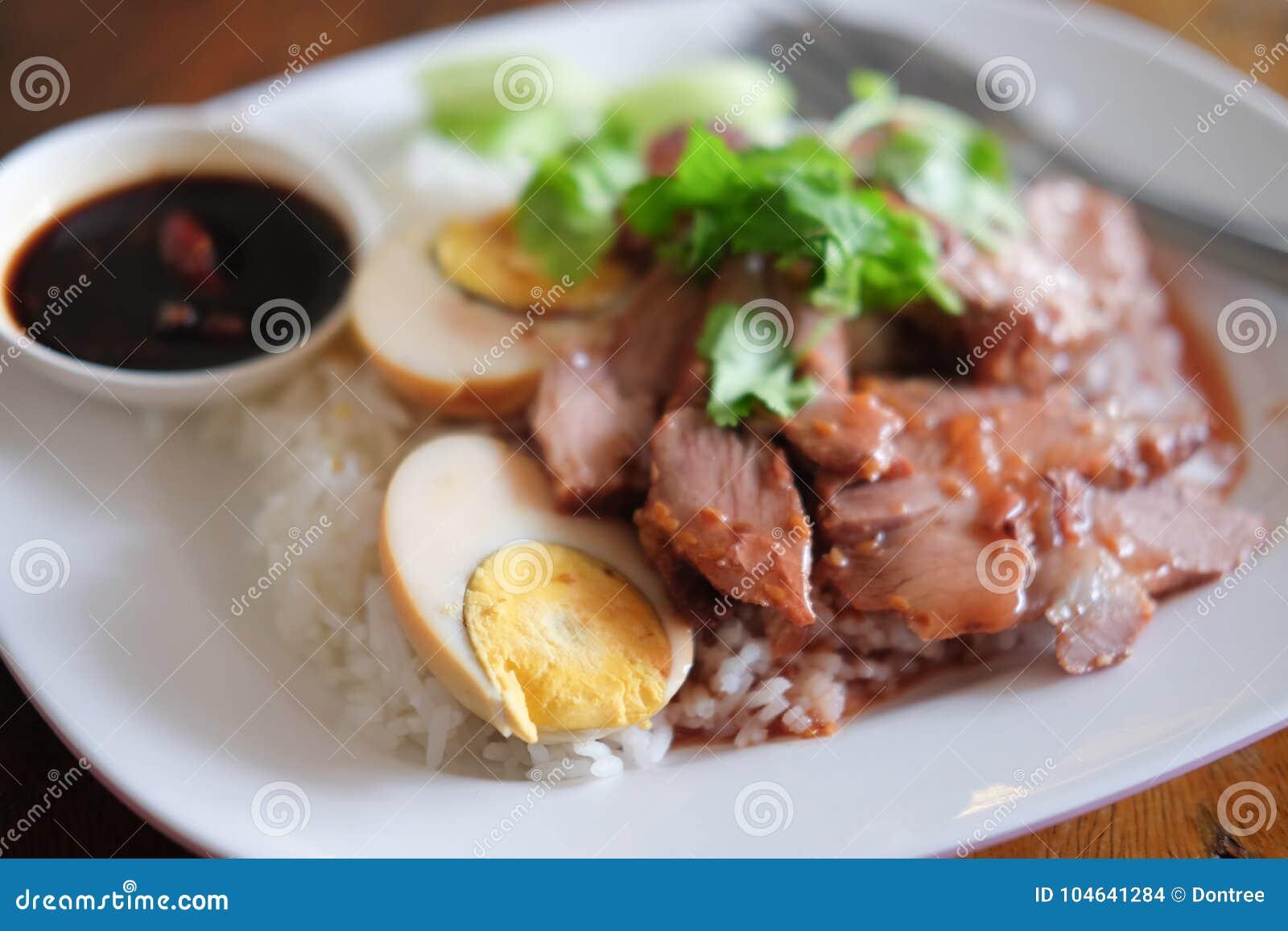 Download Geroosterd Rood Varkensvlees En Gekookt Ei Stock Foto - Afbeelding bestaande uit heerlijk, plantaardig: 104641284