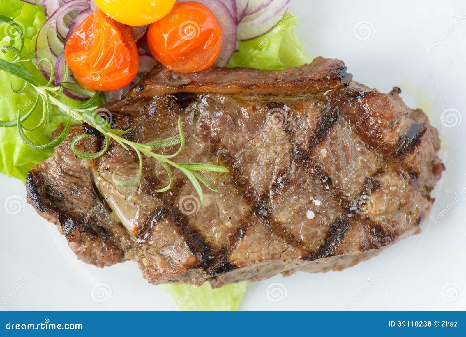 Geroosterd rundvleeslapje vlees met sommige groenten