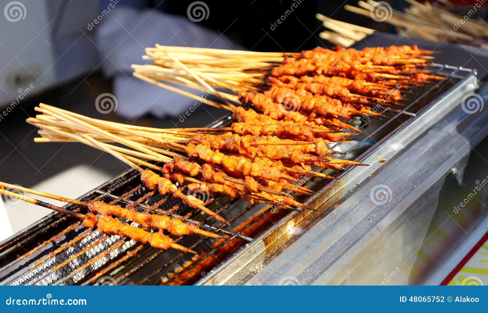 Geroosterd schaap shashlik, exotische Aziatische Chinese keuken, typisch heerlijk Aziatisch Chinees voedsel