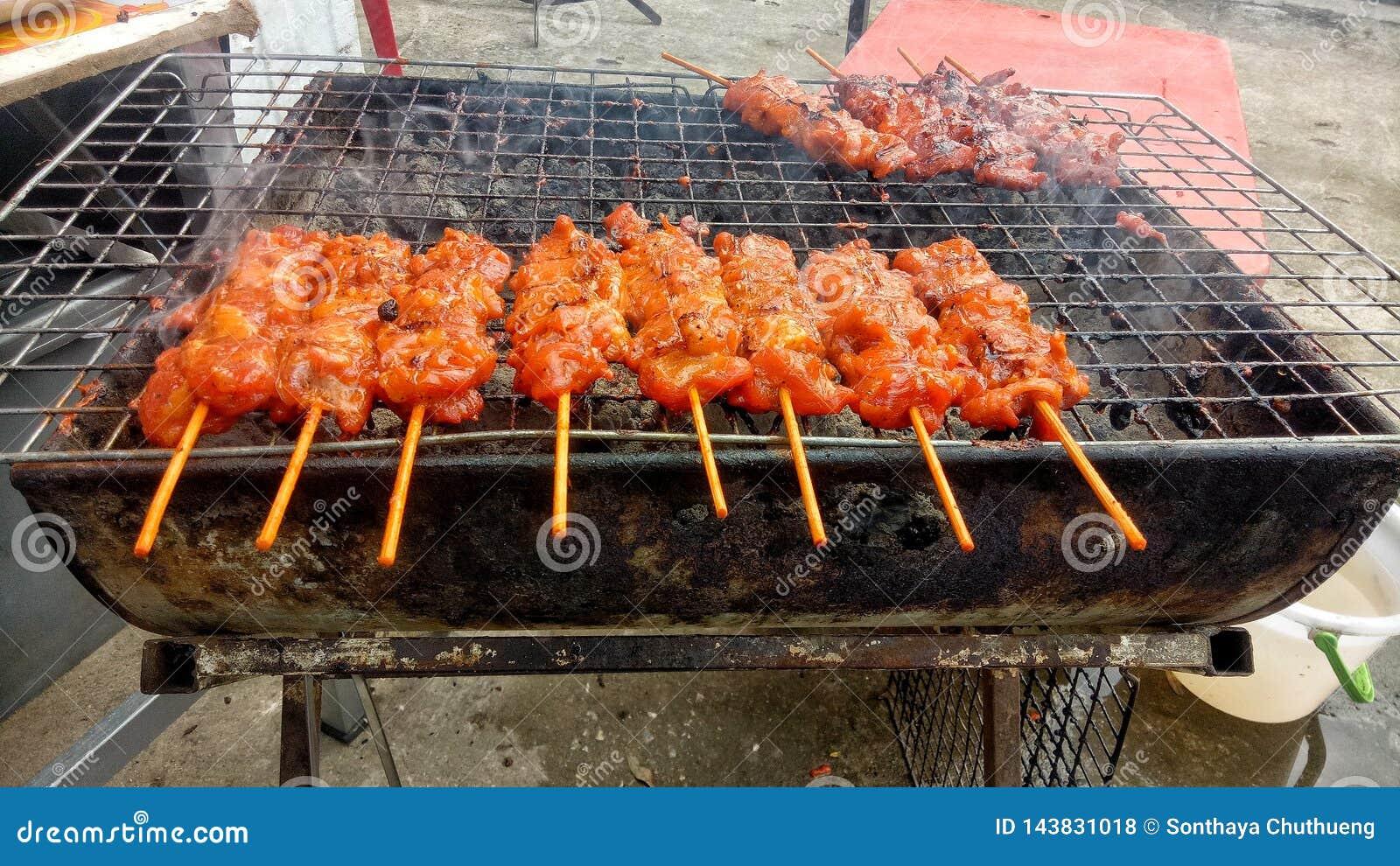 Geroosterd varkensvlees op het fornuis