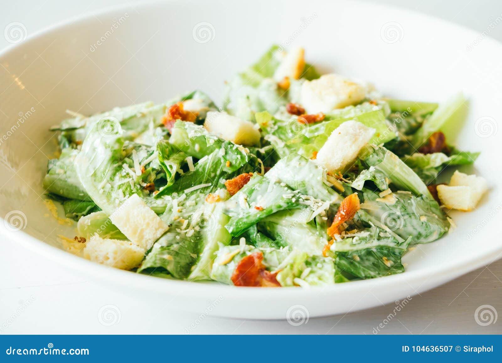 Download Geroosterde caesar salade stock afbeelding. Afbeelding bestaande uit plaat - 104636507