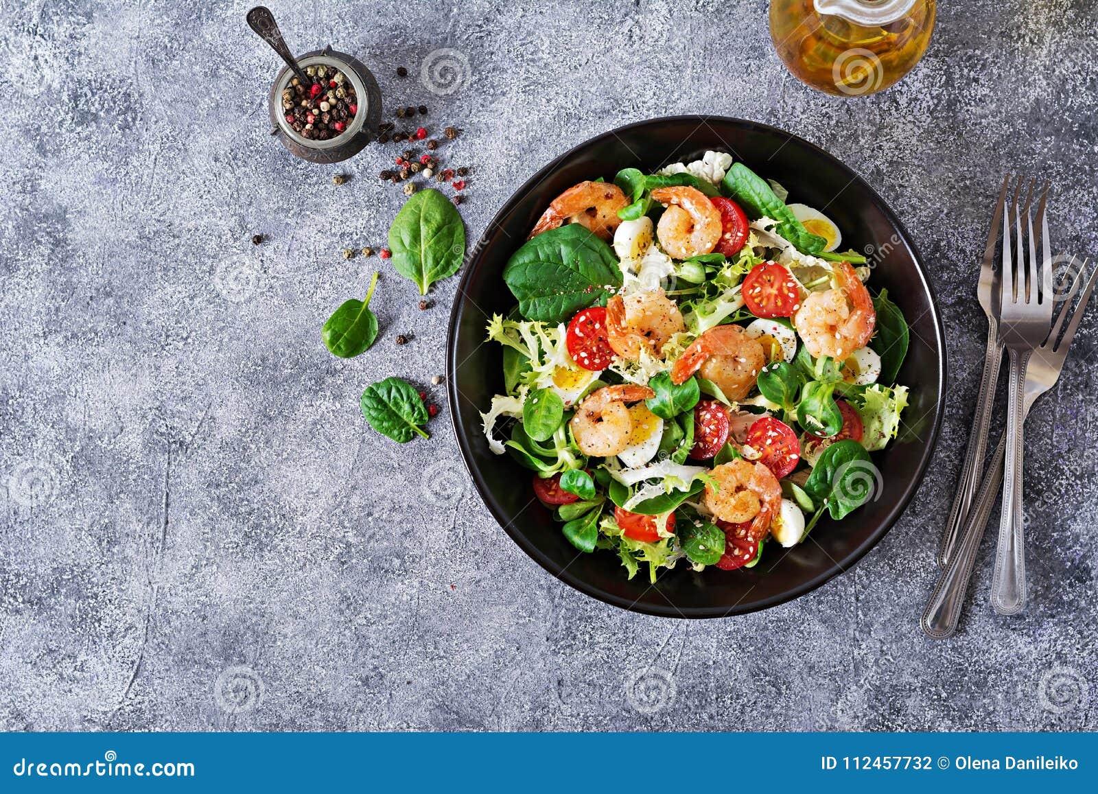 Geroosterde garnalen en verse groentesalade en ei Geroosterde garnalen