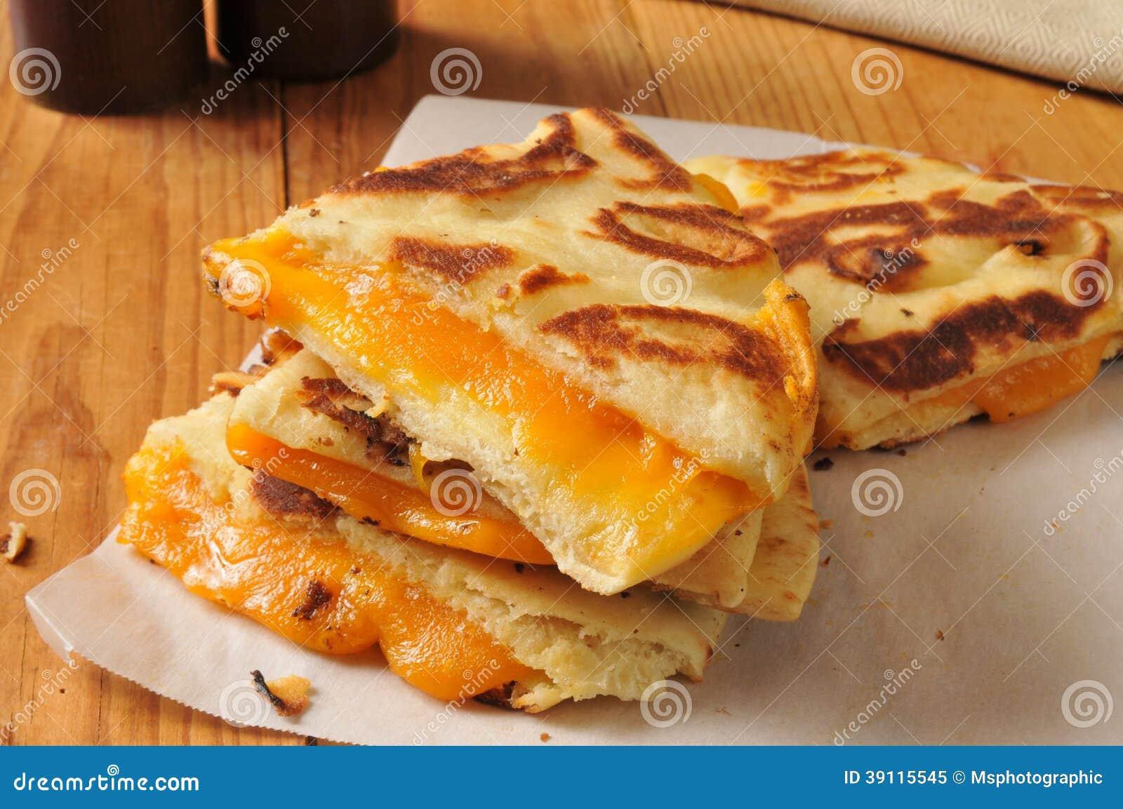 Geroosterde kaassandwich op naan brood