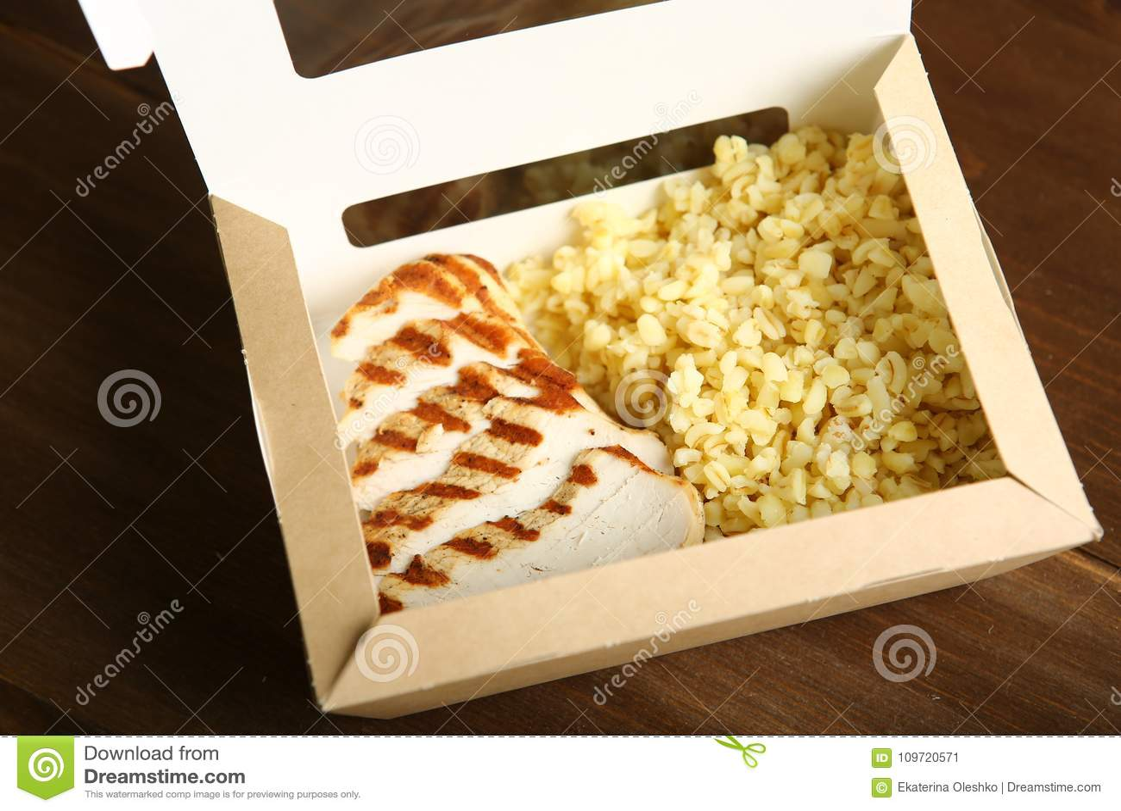 Geroosterde kip met plakken in een document container