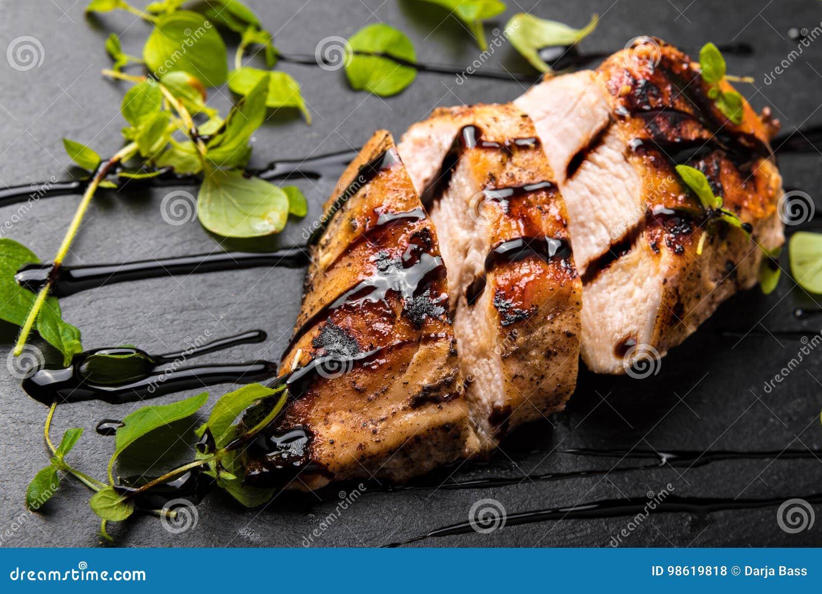 Geroosterde Kippenborst op een Zwarte Steenplaat met Balsemieke Azijn en Orego